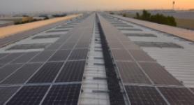 ألواح شمسية مثبتة على سطح مبنى الإمارات للزجاج في مجمع دبي للاستثمار ، دبي ، الإمارات العربية المتحدة.