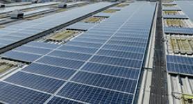 سطح المبنى الذي يعمل بالطاقة الشمسية في مبنى توتال لخلط زيوت التشحيم في الإمارات العربية المتحدة.