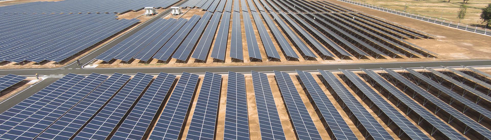 لقطة تصويرية بزاوية واسعة للوحات شمسية مثبتة معا في مزرعة طاقة شمسية لتوليد طاقة متجددة.
